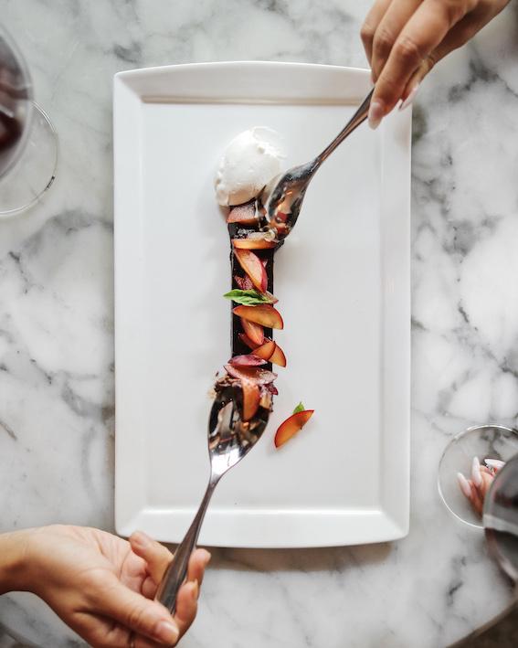 溫哥華充滿活力的劇院和文化區,這家餐廳的意大利菜新風格舊傳統兼備