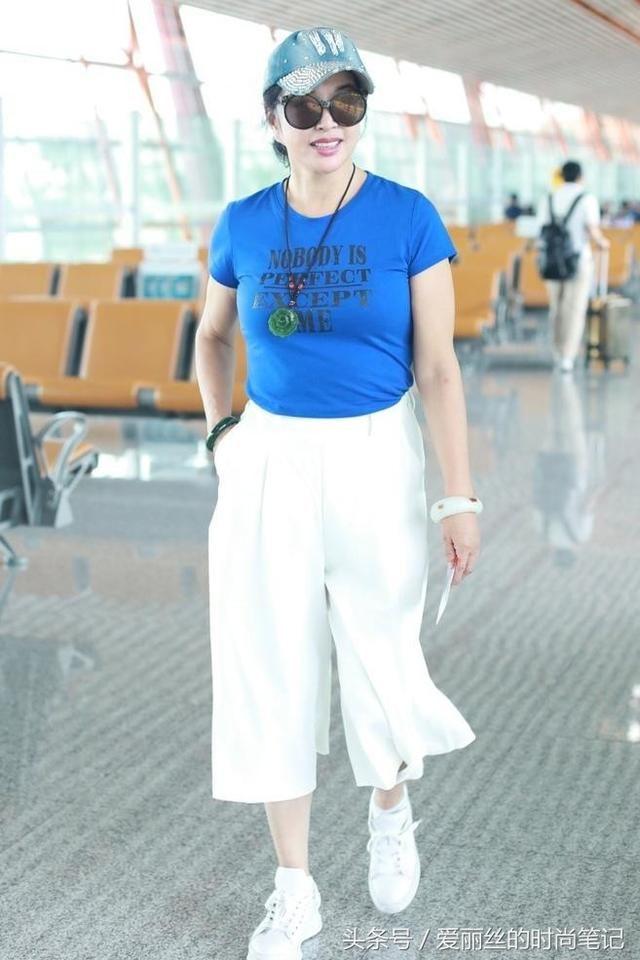 刘晓庆终于认老 穿T恤肚子挤出一圈肉