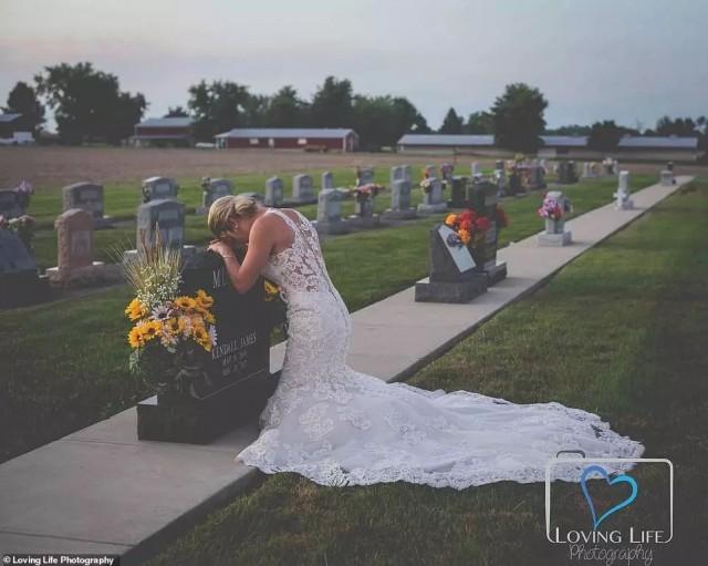 消防员未婚妻丈夫墓前拍婚纱 全网心碎……