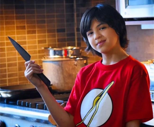 华裔少年靠拉面荣升主厨  萌化整个美国