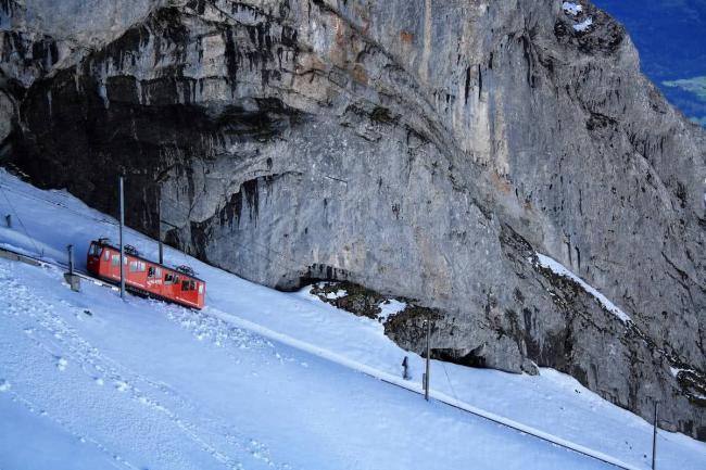 世界最危险铁路:耗时16年建成 一半车身悬空