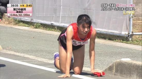 右腿骨折她选择爬到终点!这个19岁日本女孩让跑圈泪目
