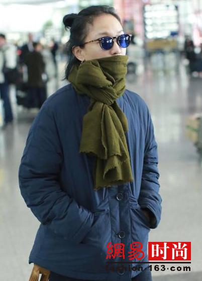 周迅机场街拍太真实 棉袄+围巾朴素难掩气质