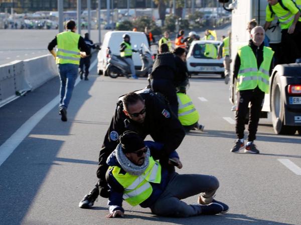 28万法国人上街抗议马克龙 1人死亡227人受伤