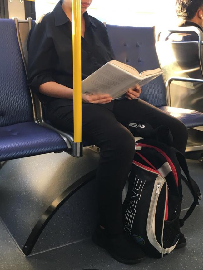 图三:公交上的安静看书人.jpg