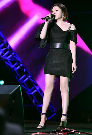 张靓颖单肩黑裙很有个性 惊艳全场