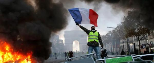 """巴黎暴乱,凯旋门前成火海!""""浪漫法国""""怎么了"""