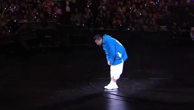 演唱会被迫中止 刘德华泪流满面向观众鞠躬道歉