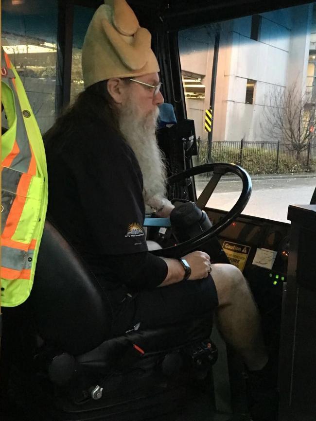 图二:圣诞老人扮的公交司机.jpg