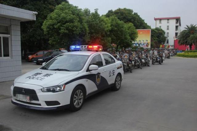 网友爆料:中国警车开进校园专抓加拿大外教
