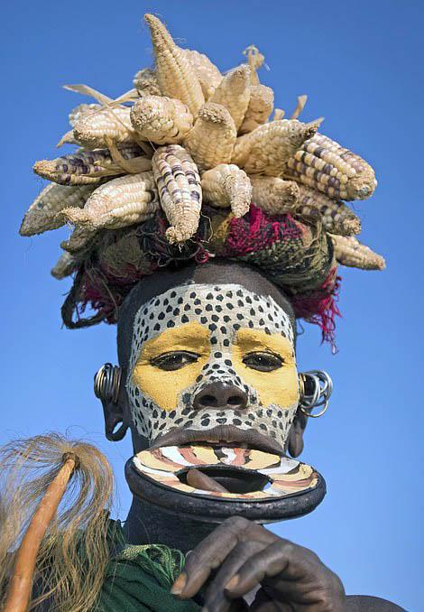 """非洲原始部落""""唇盘族""""身体装饰令人瞠目结舌"""