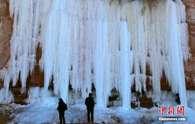 令人惊艳!黄河岸边15米冰瀑悬挂山崖