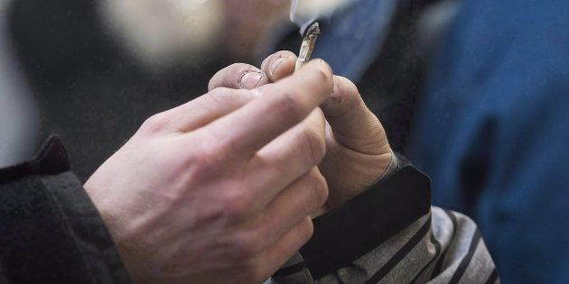 夫妇吸大麻嗨了还给13岁儿子吸 被判坐牢