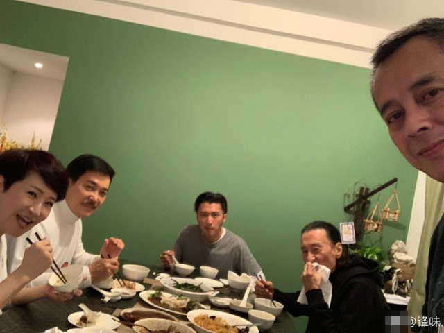 谢霆锋晒年夜饭 生父和继父和谐同框