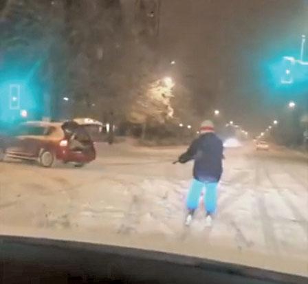 """列治文冰雪奇景 马路上拉车""""滑雪"""""""