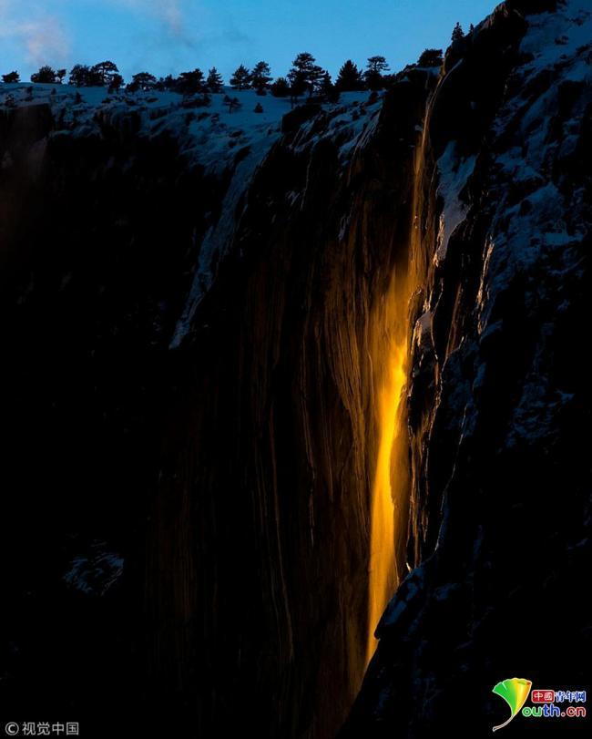 """罕见奇观!美国加州阳光照射出""""火瀑布"""""""
