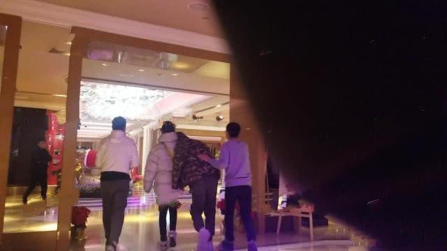 王凯醉酒紧靠一女子肩头 工作人员:只是朋友