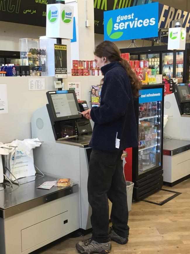 图三:超市里自助结账,无人监管.jpg