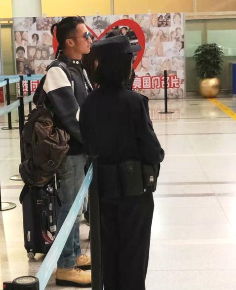 39岁谢霆锋机场近照曝光 休闲装独自背包出行