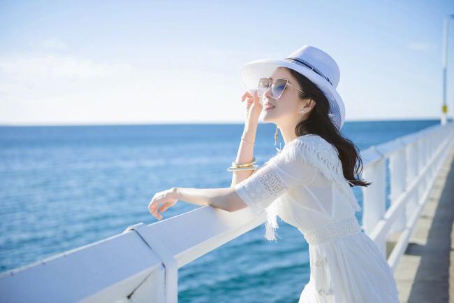 章子怡穿白裙长发飘飘变仙女本人