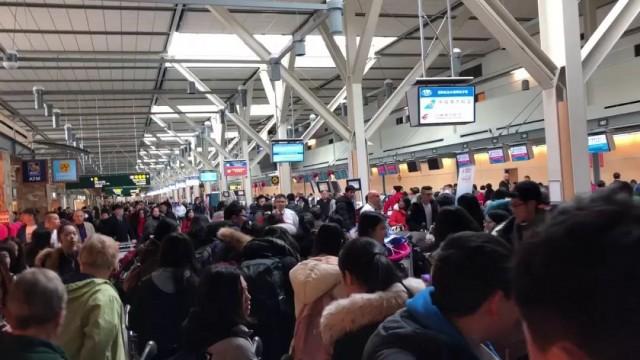 一大批中国旅客在温哥华机场突然被围捕