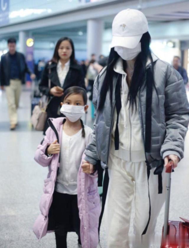 李小璐的无耻由女儿买单?甜馨好可怜 机场大哭