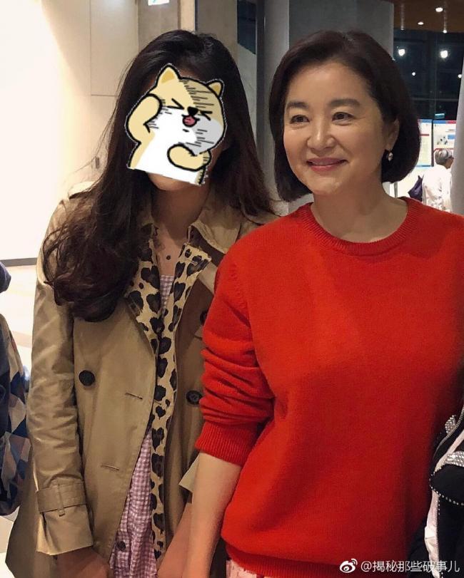 网友偶遇64岁林青霞 一身红衣容光焕发气质优雅