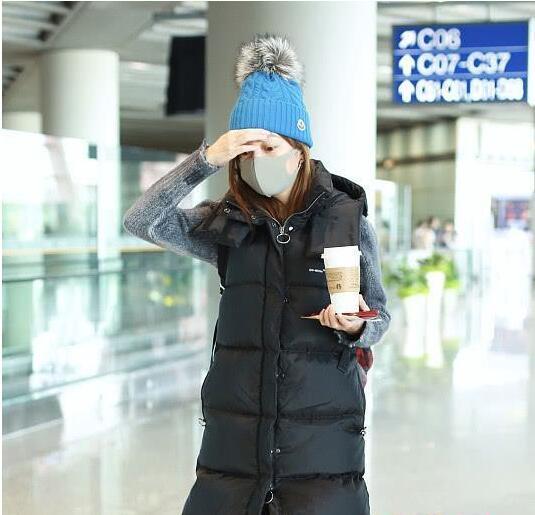 赵薇近照曝光:穿一万多的羽绒服 戴两千的帽子