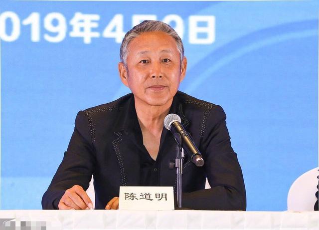 64岁陈道明一头白发脸部长满老年斑 打扮时尚