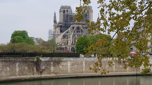 大火扑灭后 现场探访巴黎圣母院...