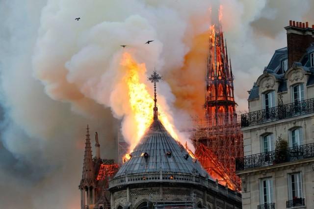 巴黎圣母院大火:中���W民有痛惜有叫好