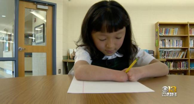天生没有双手 10岁华裔女童全美书法比赛夺冠