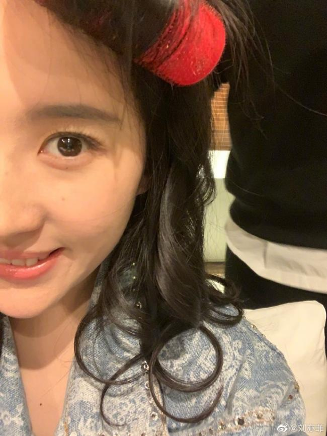 刘亦菲晒头戴发卷搞怪自拍 美丽又可爱