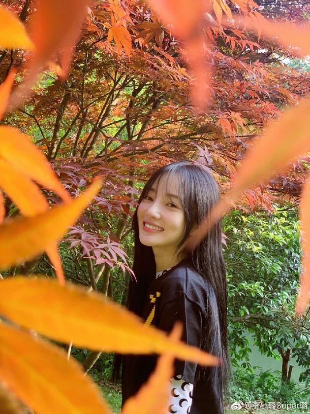 李小璐分享生活美照 赏枫叶笑靥如花清纯可人
