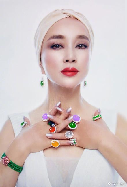 刘晓庆晒近照浑身都是珠宝翡翠