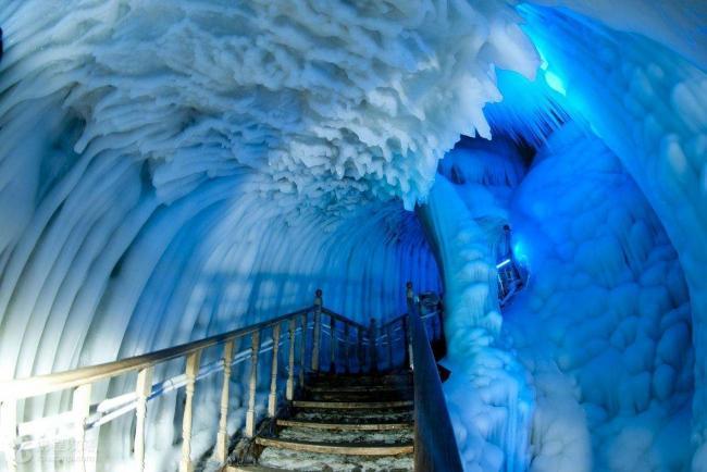 世界奇观:300万年的冰洞与千年不熄的火山为邻