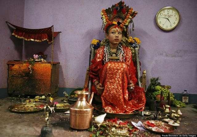 """尼泊尔""""活女神"""" 表面万人膜拜背后遭遇凄凉"""