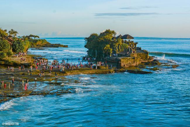 巴厘岛最美庙宇 地处海边岩石上