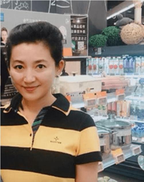 51岁王小丫素颜现身菜市场 瘦下来重获颜值