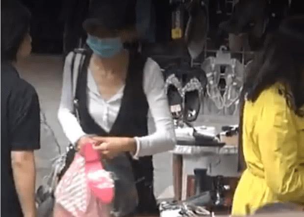 张曼玉现身狂买地摊货:鞋子19元内衣39元