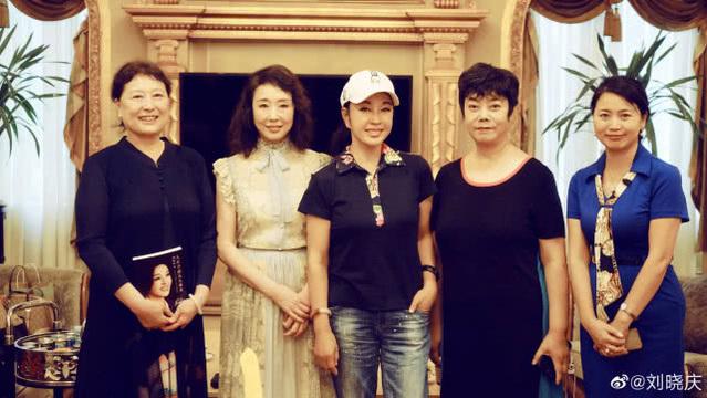 刘晓庆与严歌苓同框 谁是整容脸一目了然