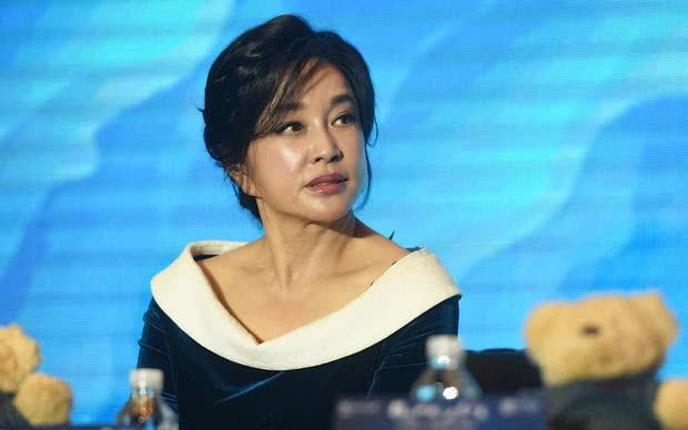 63岁刘晓庆出席活动大秀锁骨 生图曝皮肤蜡黄