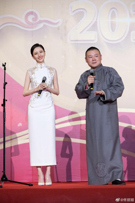佟丽娅现身岳云鹏相声舞台 穿白旗袍当场秀舞姿