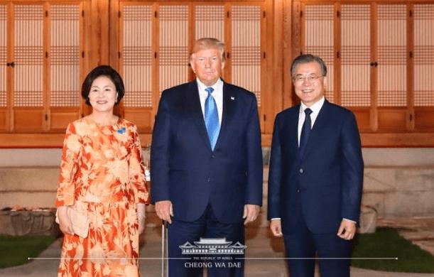 韩国第一夫人穿花裙陪特朗普散步 胸针亮了