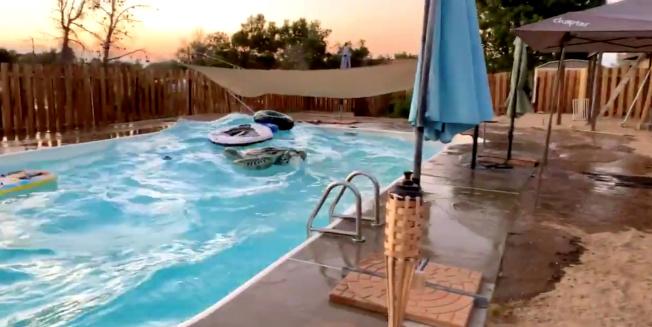 南加州5日晚间发生规模7.1强震,瑞吉克莱斯特居民家中的游泳池,被地震震波掀起大浪。(路透)