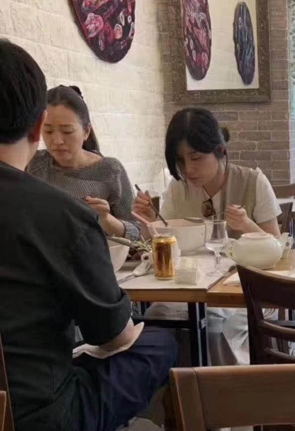 巩俐与友人在巴黎街边小店吃过桥米线 素颜出镜