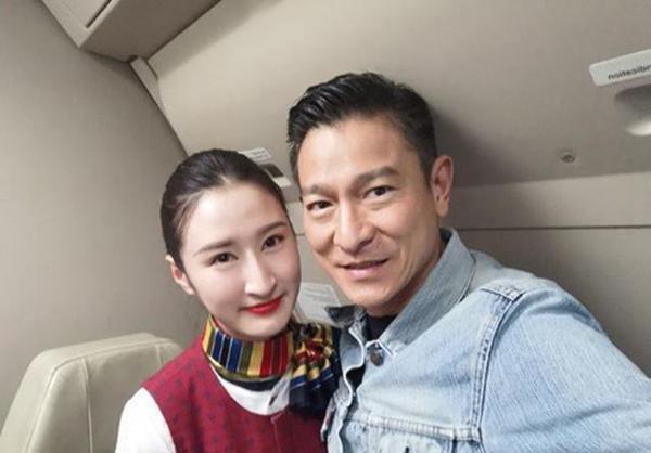 空姐飞机上偶遇刘德华 天王亲切合影毫无架子