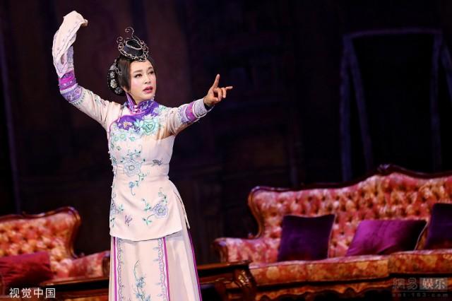 63歲劉曉慶駐顏有術 表演話劇活潑靈動