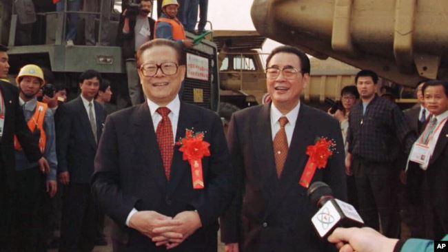 1997年11月8日三�{工程大江截流成功,江�擅窈屠铢i(右)在三�{工程工地祝�R�工��。