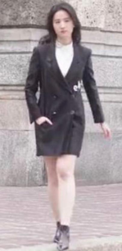 网友偶遇刘亦菲拍广告 生图脸小颜值抗打